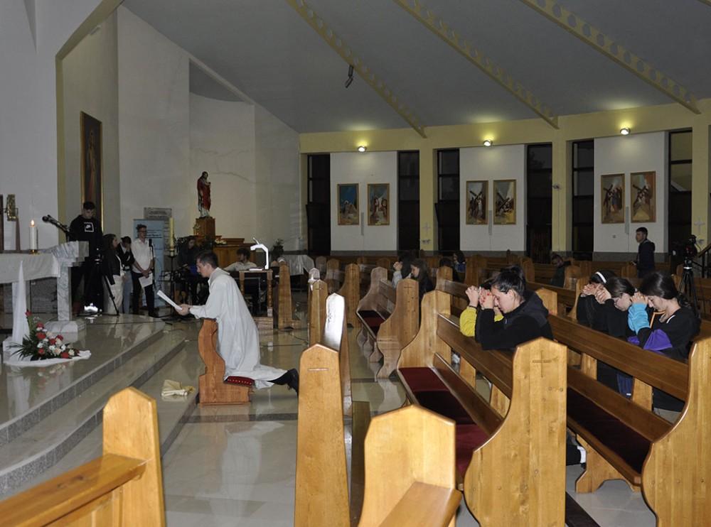 Klanjanje mladih Presvetom Oltarskom Sakramentu